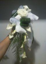 Bouquet a cascata di rose e calle con punti luce