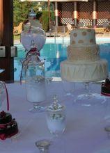 Torta nuziale, mini cake e confetti per il matrimonio