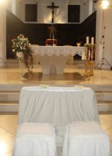 Addobbi floreali di rose bianche e rosa per la chiesa a Casalini