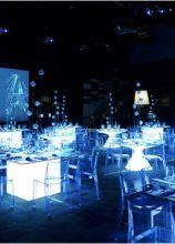 Allestimento con tavoli luminosi per un evento