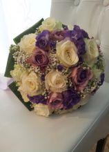 Bouquet di rose bianche e lilla per la sposa