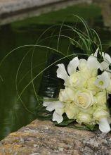 Il bouquet della sposa di rose e calle bianche
