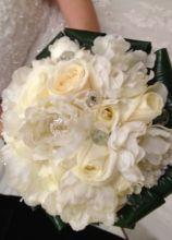 Il bouquet della sposa con rose e peonie bianche