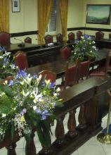 Fiori sul lilla per l'allestimento della sala comunale