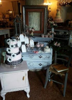 Wedding cake bianca e nera con margherite