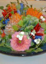 Centrotavola di fiori colorati per il ricevimento di matrimonio