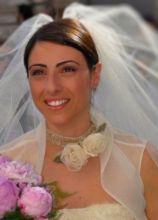 Make up sposa rosa e capelli raccolti dietro il velo