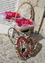 Cesto porta petali con decorazione di cuori di rose