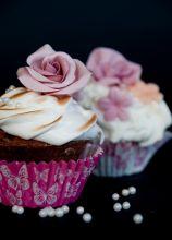 Cupcakes con fiori di zucchero realizzati a mano