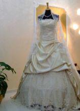 Abito da sposa con velo e sopragonna in pizzo