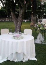 Allestimento del tavolo degli sposi