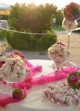 Tavolo bomboniere decorato con sfere floreali