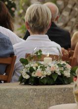 Fiori e candele per la cerimonia in giardino