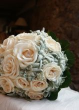 Bouquet per la sposa di rose e stelle alpine
