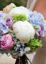 Bouquet per la sposa di peonie, rose e ortensie