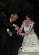 Gli sposi durante il taglio della torta nuziale