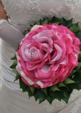 Bouquet da sposa creato con tanti petali di rosa