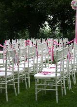 Allestimento della cerimonia all'aperto con decorazioni rosa