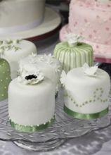 Minicake colorati per il ricevimento di matrimonio