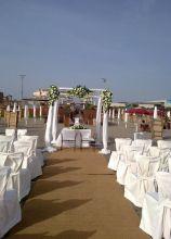 Allestimento del matrimonio sulla spiaggia con houppa