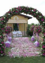 Arco floreale per la cerimonia nuziale all'aperto