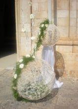 Addobbo floreale per l'esterno della chiesa di nozze