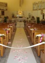 Allestimentod ella chiesa con fiori sui banchi e petali sulla guida