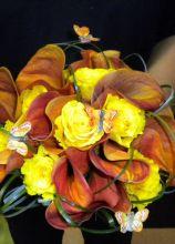 Bouquet di calle gialle e arancioni con farfalle applicate