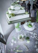Allestimento del tavolo della torta nuziale sui toni del verde