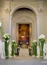 Addobbi floreali dei banconi della chiesa per la cerimonia nuziale