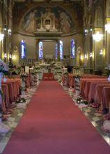 Addobbo floreale sui toni del rosa per la chiesa
