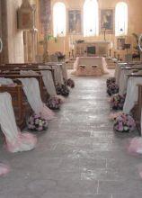 Chiesa allestita con lanterne e rose