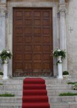 Fiori con vasi alti per l'entrata della chiesa