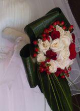 Bouquet originale con rose rosse e bianche e bacche