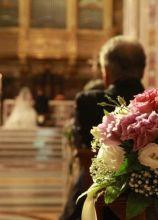 Fiori bianchi e rosa per i banchi della chiesa