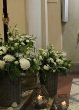 Allestimento floreale bianco per la cerimonia di nozze