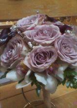 Bouquet di rose lilla e cymbidium