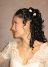 Acconciatura con fiorellini per la sposa