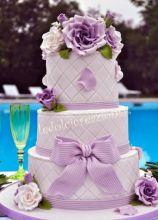 Torta nuziale con fiori lilla e fiocco