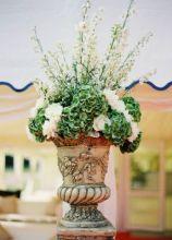 Allestimento floreale con delphinium peonie e ortensie