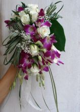 Bouquet a cascata di fiori viola e bianchi