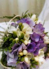 Bouquet a cestino con fiorellini lilla