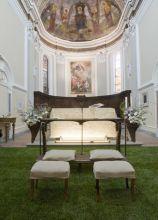 Addobbi con prato e piante per la seduta degli sposi in chiesa