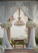 Allestimento con tende e fiori bianchi per un'atmosfera romantica
