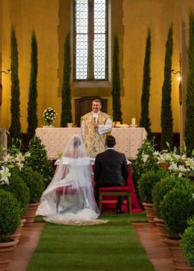 Addobbo floreale per la chiesa sui toni del verde