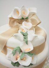 Wedding cake con calle di zucchero e fiocco