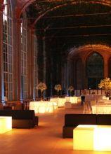 Tavoli e pouf luminosi per le nozze