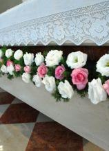 Addobbi floreali bianchi e rosa per l'altare della chiesa