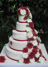 Torta di matrimonio con rose rosse e bianche