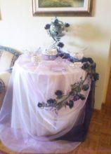 Allestimento bianco e blu per il tavolo della confettata